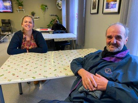 Per Reinhardt Hansen (64) er stamgjest på Varmestua og kommer til frokost når de åpner klokken 11.00 hver dag. Her sammen med daglig leder av Varmestua Jorid Bertelsen.