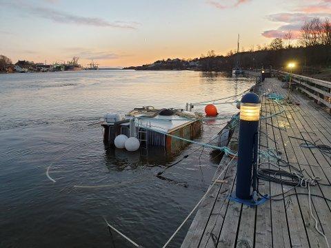 Det er ikke lett å se at dette er en båt. Natt til torsdag ble båten fylt med vann.