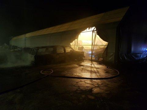Bilene er helt utbrente etter at de tok fyr. Flammene spredde seg til en plasthall der bilene sto parkert.