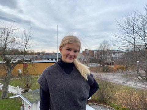 Kari Graarud og andre elever på ungdomstrinnet må belage seg på mer hjemmeskole nå som det er innført rødt nivå.  Hun går på 10. trinn ved Gudeberg skole (i bakgrunnen).