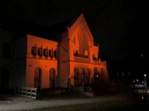 Villa Lykkeberg lyser oransje for å markere den internasjonale dagen for avskaffelse av vold mot kvinner.