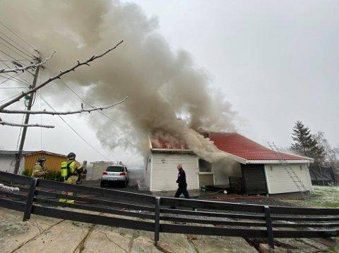 I FULL FYR: Nødetatene rykket ut til den brennende enebolig ved 14-tiden i dag, lørdag.