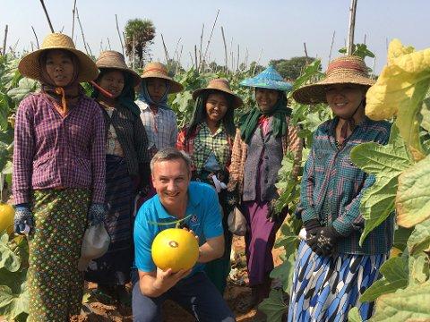 Bildet er fra Myanmar der Tuman var på jobb for Yara for å etablere et landkontor, da han besøkte melonbøndene.