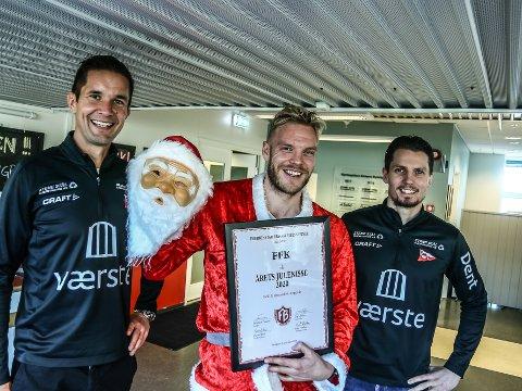 FFKs salg og markedssjef Lars Petter Brovold, julemanden Mads Nielsen og FFK-leder Joacim Heier mottok prisen «Årets julenisse» fra Fredrikstad Bryggeriets venner.