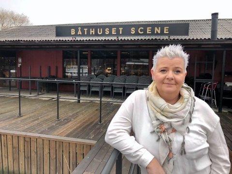 Agnethe Fagerås på Båthuset Scene er vant til å jobbe mye. Nå som hun er permittert, bruker hun tiden på trening: - Jeg trener fra to til flere ganger om dagen. Og så har jeg begynt å strikke.