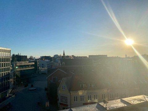 Fredag formiddag skinner sola over Fredrikstad. Men fra i morgen av blir det nedbør og plussgrader.