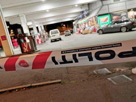 Politiet sperret av området rundt bensinstasjonen etter det voldsomme ranet i september. En person er nå tiltalt i forbindelse med ranet.