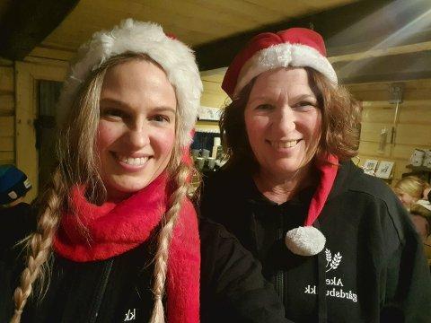Tina Sofie Berger og moren Torhild Aker har åpnet opp stabburet på gården Aker i Råde for juleutsalg.