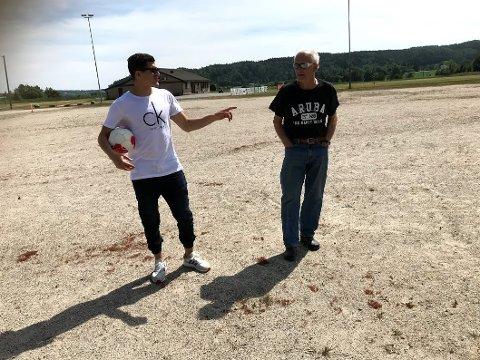 Tarik Elyounoussis (til venstre) har bidratt til at Nylende IF snart kan legge kunstgress på denne grusbanen.
