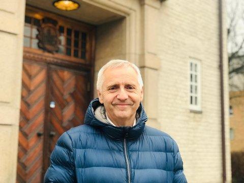 BIBLIOTEKETS AULA: Konsertmester Ole Hermann Huth (62) fra Sarpsborg har mange minner fra Bibliotekets Aula. Nå ser han frem mot en storslagen skuddårskonsert her lørdag 29. februar, mens det i kulissene også jobbes med å skape en årlig nyttårskonsert i den ærverdige konsertsalen.