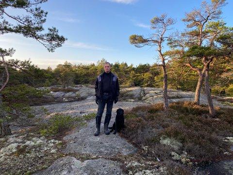 Ved Hvalås: Gustav Thorsø Mohr viser oss det planlagte hytteområdet øst for Bevø, som fylkesmannen i Østfold plasserte i 2011. (Foto: Øivind Lågbu)