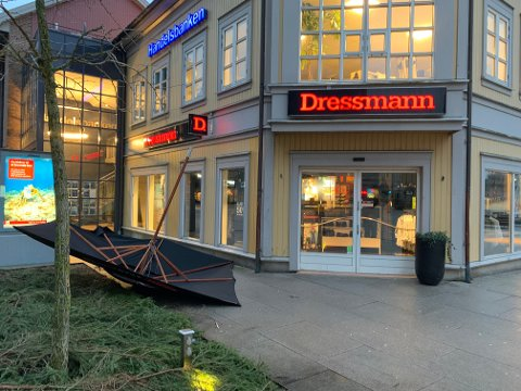 FEILPLASSERT: En parasoll med brusreklame har havnet rett på utsiden av Dressmann.