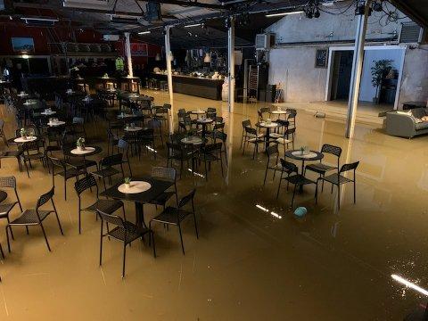 NESTEN POOLPARTY: Mandag var salen inne på Båthuset Scene et eneste stort basseng, men de brune elvevannet innbød ikke akkurat til poolparty.