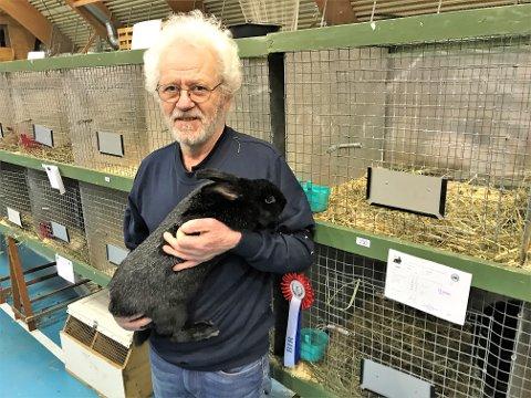 GULL: Her viser Johan Viker frem Trønder-kaninen som var god som gull i helgens kanin-NM.