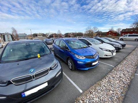 GULT: De fleste elbilene hadde gul lapp under vindusviskeren på Beddingen på torsdag.