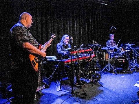 På Gleng: Mezzoforte gjestet Glenghuset i 2019. Her er tre av de fire originalmedlemmene (fra venstre): Johann Asmundsson - bass, Eythor Gunnarsson - keyboards og Gunnlaugur Briem - trommer.