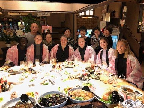 Middag: Atlas har inngått et samarbeid med det velkjente Shigakken universitet i Japan. Her er den norske delegasjonen med Gudrun Høie, Othelie Høie og Grace Bullen på middag sammen med blant andre Mr. Sakae - Japans mangeårige suksesstrener.