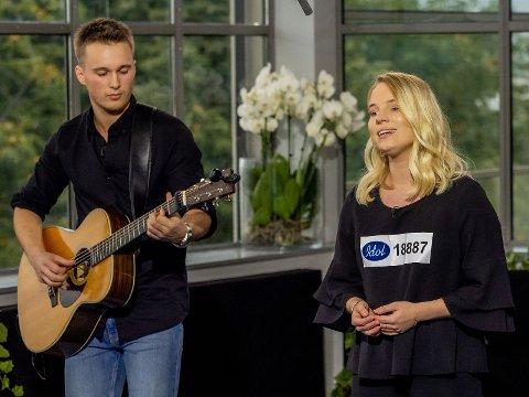 Fredag kveld sjarmerte Oda Kristine Gondrosen Idol-dommerne med Adele-låten «When We Were Young».  - Hele Norge blir forelsket i de to nå, sa Tshawe Baqwa da Gondrosen og kjæresten Martin Skåkrud forlot Idol-scenen.