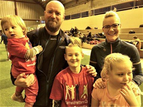 MOLTEBERG: Mats Øyvind Molteberg (42) med et godt grep rundt døtrene, Marie E. Molteberg (1) og Caroline K. Molteberg (10). Til høyre er søster Monica Molteberg (35), som har med seg sin datter, Thea M. Lindaas (9).