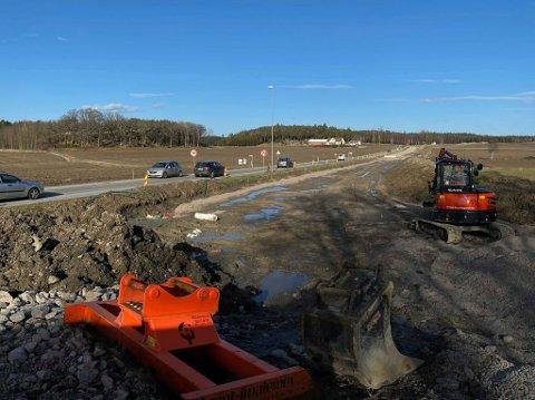 Veiarbeid: Det bygges ny gang- og sykkelvei her langs Haldenveien. I månedsskiftet april/mai kan den bli stengt for all trafikk.