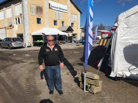 """""""MESSE"""": Daglig leder Frode Johnsen i Gressvik Båtservice har satt opp et ekstra telt for å vise frem båter og kaller arrangementet sitt de neste dagene for """"minibåtmesse""""."""