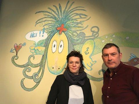 Virksomhetsleder ved Fredrikstad bibliotek, Tora Klevås, og daglig leder på Litteraturhuset Fredrikstad, Roy Conradi Andersen, ser frem til å hylle Thore Hansen og hans folkekjære figur, «Ruffen» (på veggen), lørdag 7. mars.