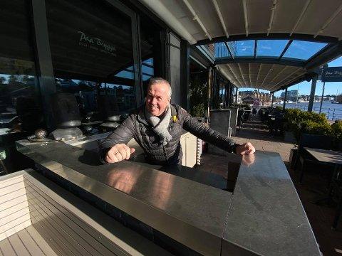 ÅPNER FOR VENNEGJENGER: Petter Eriksen fra Paa Brygga gleder seg over de nye retningslinjene for restaurantbransjen som ble utarbeidet denne uken.