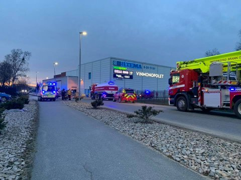 RYKKET UT: Branntilløpet startet i et verksted ved Biltema-bygget, opplyser brannvesenet.