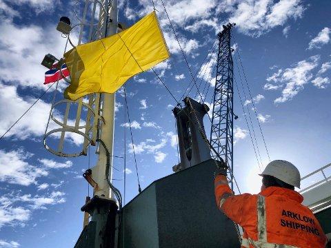Karanteneflagget låres: Matros Piotr Sabara fra Polen lårer det gule «karanteneflagget» ombord i Arklow Faith etter ankomst i forrige uke.