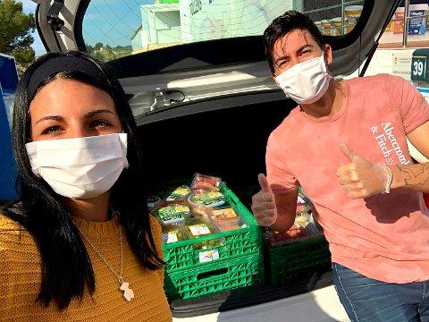 HENTER MAT: Daniel Arazola (t.h.) fra Fredrikstad bruker mye tid på å hente mat fra butikker og dele den ut til folk som trenger den. Her er han sammen med Andrea Millán.