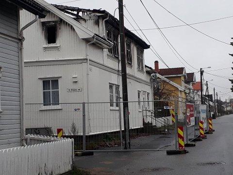 STILLSTAND: Slik har det brannherjede bolighuset i Kjølberggata stått siden brannen var slukket i mai i fjor. Naboen reagerer på at det får stå uten at noe skjer med ruinen.
