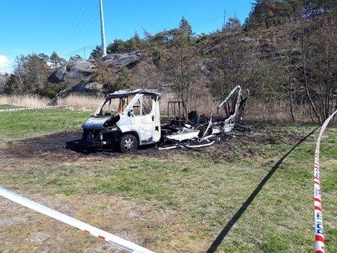 Dagen etter brannen viser det fullstendig utbrente bobilvraket hvor voldsom brannen var.