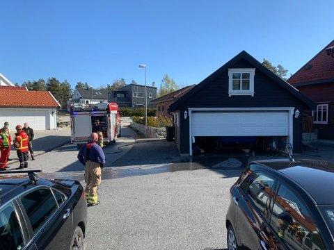 Alle nødetater rykket ut til Kvartsveien på Begby etter å ha fått melding om garasjebrann onsdag formiddag.