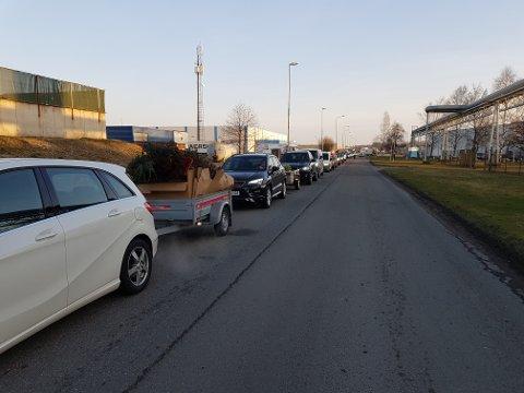 Laaaaang kø: Det var mange som skulle kaste søppel på Frevar mandag morgen.