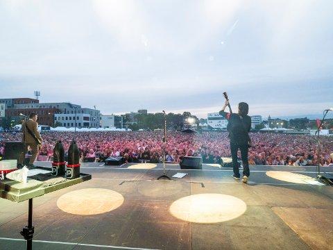 STOR PÅVIRKNING: Både arrangører, artister og publikummere påvirkes økonomisk av koronakrisen. Nå er det fare for at flere store arrangment må avlyse, og det kan få store konsekvenser for flere aktører. Her fra Gyllene Tider-konserten sommeren 2019.