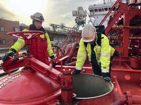 Kontroll av råvarene: Inspektør Trym Torgersen (57) som her representerer Norwegian Marine & Cargo Survey, kontrollerer nivået på tankene om bord i «Key Marmara». Hans oppgave er å kontrollere at både kvalitet og kvantitet på råvarene er som bestilt, og skal bistå under selve losseoperasjonen. Med over 33 års erfaring fra sjøen, og over 20 år som styrmann, har han en naturlig tilnærming til sjøfolkene om bord, de snakker med andre ord det samme språket. Etter en fallulykke om bord i gasstankeren «Lokoja» i Sør-Kina-havet i 2011, var han nødt til å avslutte karrièren til sjøs. Savnet etter «sjølivet» er stort, men det å kunne fortsette karrièren i den maritime næringen på landsiden, ha vært en god trøst og erstatter, sier den erfarne eks-sjømannen fra Sarpsborg.