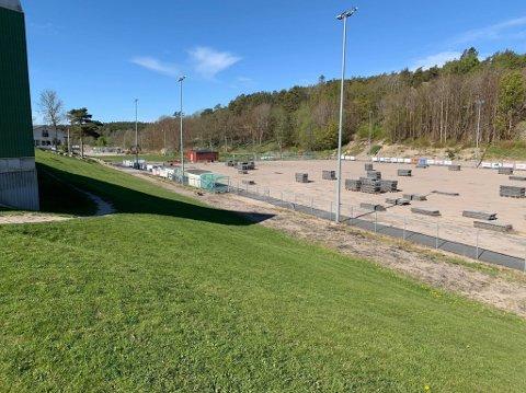 I gang: Arbeidene med å legge nytt kunstgress er i gang på Kråkerøy. Banen skal etter planen være ferdig i starten av juni.