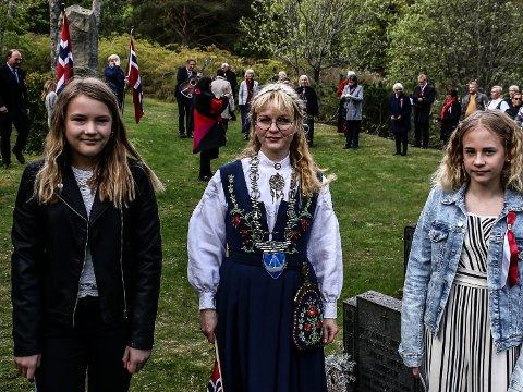 Hvaler-ordfører Mona Vauger (Ap) i midten sammen med elevene Frøya Helene-Møller Nilsen (til v.) og Lena Marie Høydahl Johansen fra Åttekanten skole, som holdt tale for dagen ved Sjømannsmonumentet på Spjærøy kirke.