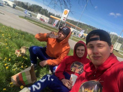 FROKOST LANGS VEIEN: Casper Brien, Anders Holt Iversen og Lars-Henrik Brenne tok frokosten på Solli etter å ha forsøkt å overnatte i en rundkjøring i Fredrikstad sentrum natt til 2. mai.