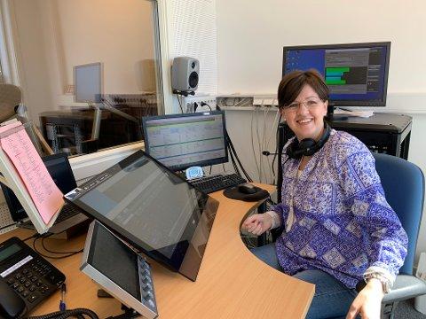 FORNØYD: Sølvi Olimb, ansvarlig redaktør i Radio Øst, gleder seg over at radiostasjonen har flyttet inn i nye lokaler i Karlshus.