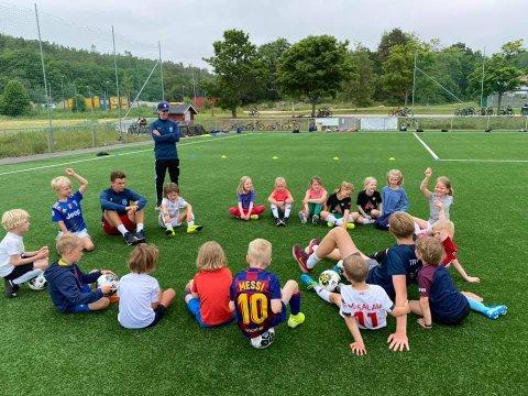 Det er fortsatt plass på fotball- og  håndballskolene. Og du kan også finne langt mer eksotiske tilbud. Bildet er fra Kråkerøys fotballskole i fjor.