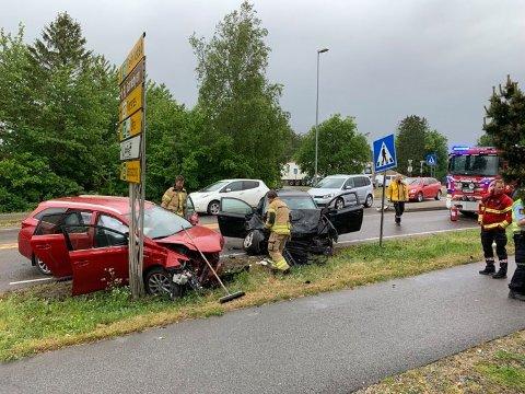 To av bilene hadde store skader etter ulykken, og brannvesenet måtte i følge øyenvitner skjære ut bilførerne.