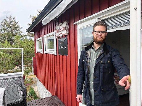 PÅ VISNING: Eiendomsmegler Marius Myren (29) er godt fornøyd med oppmøtet på visningen på denne hytta på Siljeholmen på Hvaler.