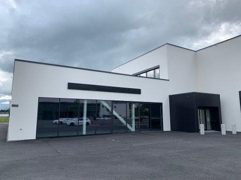 TOMT: Det finnes ingen spor etter Porsche-butikken som i februar flyttet inn i disse lokalene i Dikeveien. Men de kommer tilbake, lover daglig leder Daniel Jakobsen i Porsche Center Son.