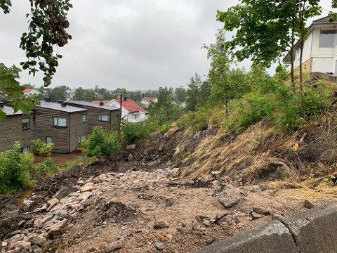 Utbygger av en tomannsbolig i Oredalsåsen valgte å stanse arbeidene, etter at nabosameiet hadde lev ert inn en begjæring til retten om nettopp stans. Nå har Fylkesmannen avgjort tvisten.