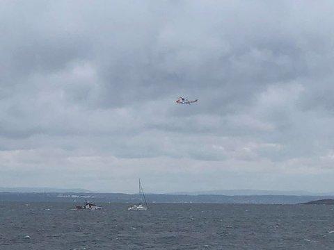 Redningsskøyta og Sea King-helikopteret lokaliserte båten etter hvert.