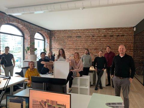 NYINNFLYTTET: Fersk teamleder Emil Gran Andersson (t.h.) og resten av Link Arkitektur Team Fredrikstad flyttet denne uka inn i nye lokaler i Storgata.