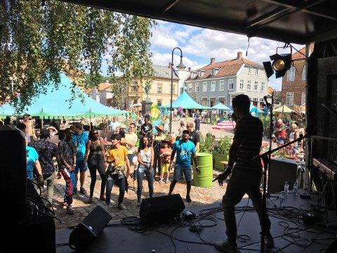 Norsk Folkehjelp Fredrikstad driver flere prosjekter for å skape møter mellom ulike kulturer i lokalmiljøet. Her et bilde fra World Music på Månen 2019. Et prosjekt hvor unge kan formilde musikk i ulike sjangere og med bakgrunn fra verdens alle hjørner.