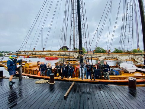 Kommer. Lørdag 15. august kommer Kong Neptuns Sommertokt til Isegran. Skuta på bildet heter S/Y Valentine, og er eid av 1. Isegran Sjø Speiderne.