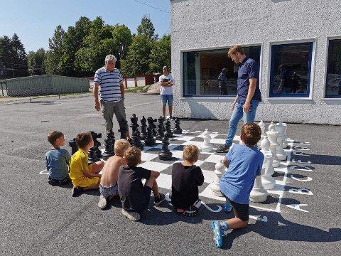 I gang. Hurrød sjakkarena ble nylig innviet. På bildet ser vi Rolf Livendahl fra Fredrikstad Schakselskap og Magnus Andresen, rektor ved Hurrød skole. SFO-barn bivåner spillet.